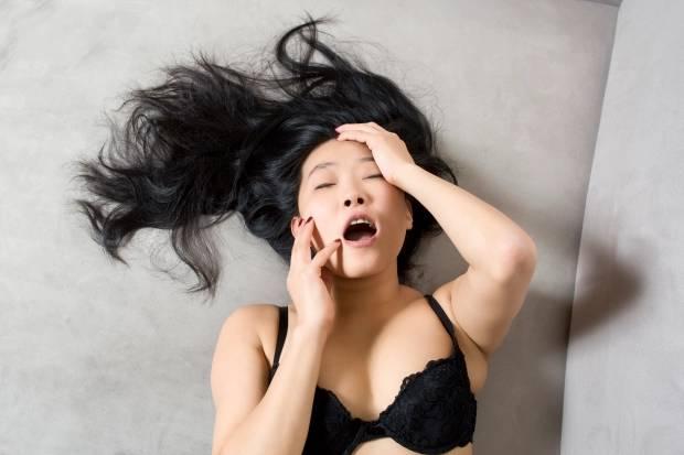 Akıllı vibratör kullanan kadın
